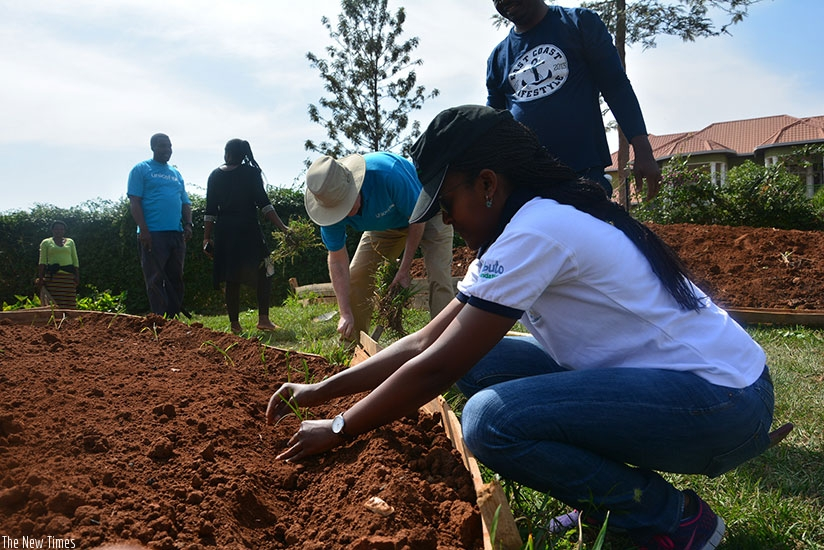 Imbuto Foundation and UNICEF Rwanda staff construct a kitchen garden at the centre during last Saturday's Umuganda. (@UNICEFRwanda)