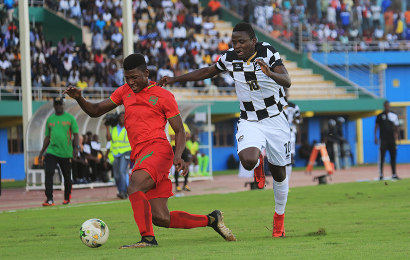 1521324241Muhadjili-Hakizimana-vies-for-the-ball-with-Mamadou-Cisse-during-the-match