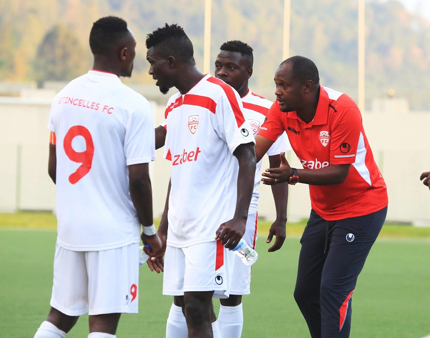 Etincelles FC head coach Emmanuel Ruremesha gives instructions to his players (Sam Ngendahimana)