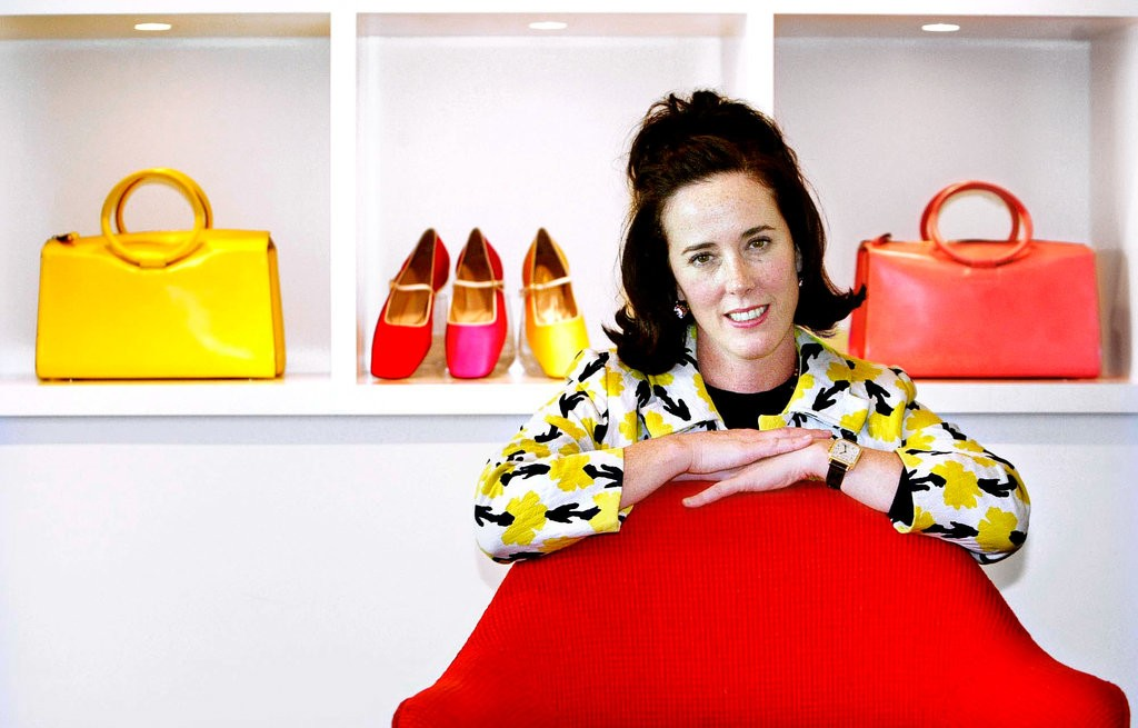 Designer Kate Spade poses with handbags and shoes from her collection in 2004. / Internet photo