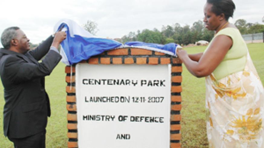 Gen. Gatsinzi and Dr Kacyira unveiling the  Centenary Park  in Kimihurura yesterday.(Photo/ J. Mbanda)