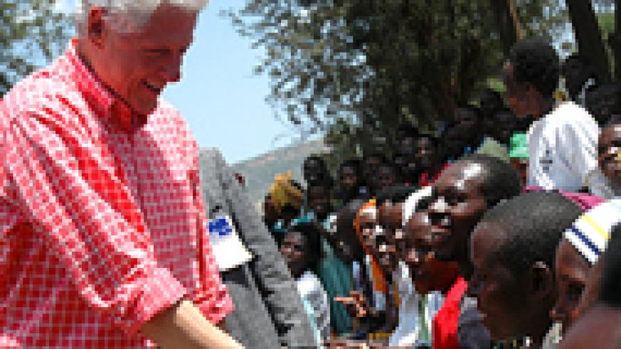 Clinton shaking hands with people living with HIV/Aids at Rwinkwavu health centre in Kayonza District, Eastern Province, during his previous visit to Rwanda in July, 2006. (File photo)