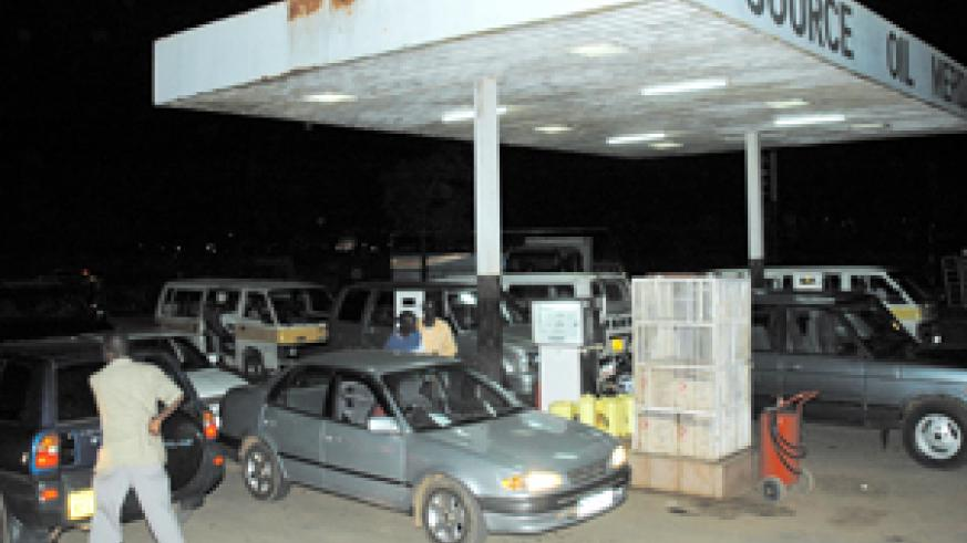 Motorists queue for fuel at Source Oil Meridien near Hotel Novotel Umubano last evening as several petrol stations around the city were overwhelmed by buyers while a number of  them ran out of supplies. (Photo/G. Barya)
