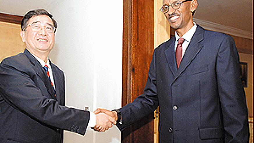 President Kagame shakes hands with Zhuo Qinrui, the Vice-Mayor of Shenzhen municipal government on Tuesday at Urugwiro Village. (PPU Photo)