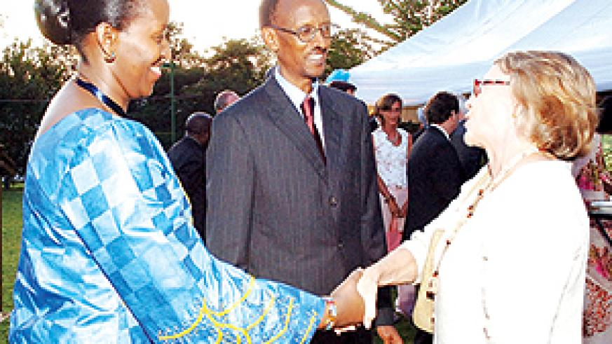 President Kagame and Mrs Kagame chat with a guest yesterday at the annual Urugwiro reception for the diplomatic and consular corps accredited to Rwanda. (PPU photo)