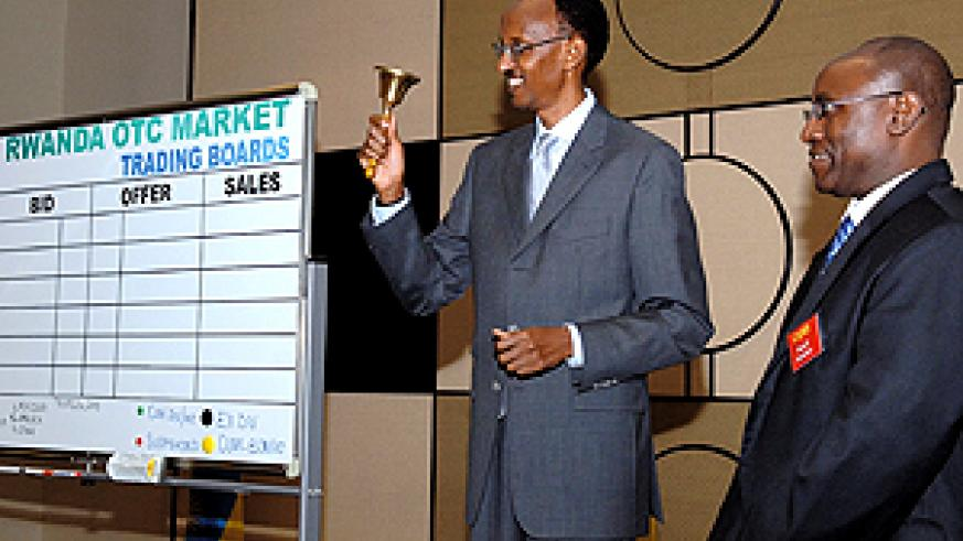 President Kagame rings the trading room bell to signal the launch of Rwanda's new capital market. (PPU photo)