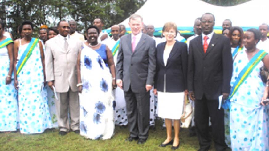 President Köhler (centre) and his wife pose for a group photo with Gacaca judges (in straps with national flag colours), Minister Musoni (second left),Mukantaganzwa (3rd left) and Ndayisaba at RIAM in Muhanga, Southern Province, yesterday.