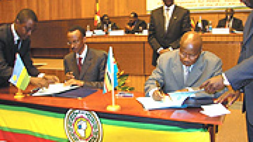 Presidents Paul Kagame and  Yoweri Kaguta Museveni signing the EAC treaty last year. (File photo).