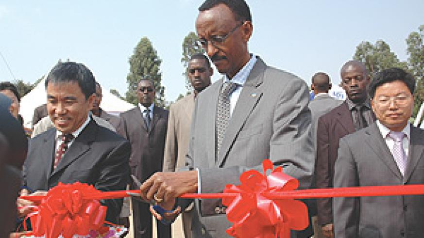 President Paul Kagame  officially launches Star Africa Media. Left is Pang Xin Xing, the Company Chairman.(Photo/PPU)
