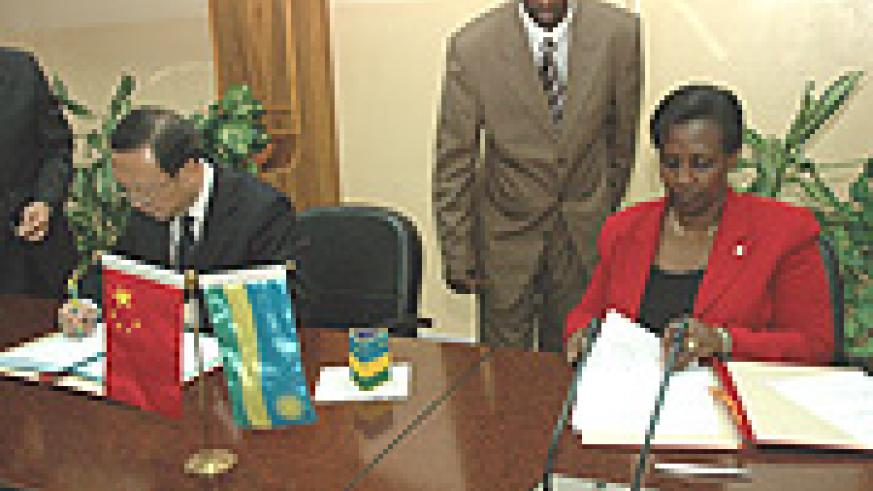 Minister Jiechi with his Rwandan counterpart signing an agreement of cooperation. (Photo/ G. Barya).