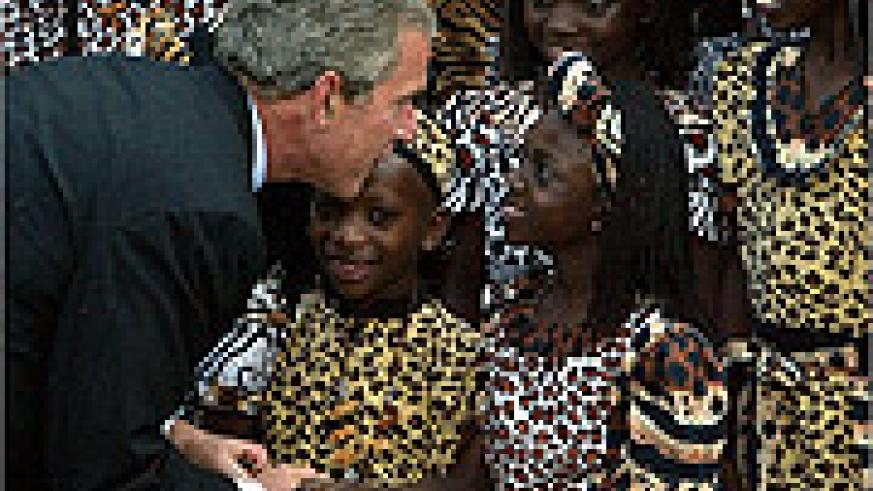 George W. Bush greets children (Net photo)