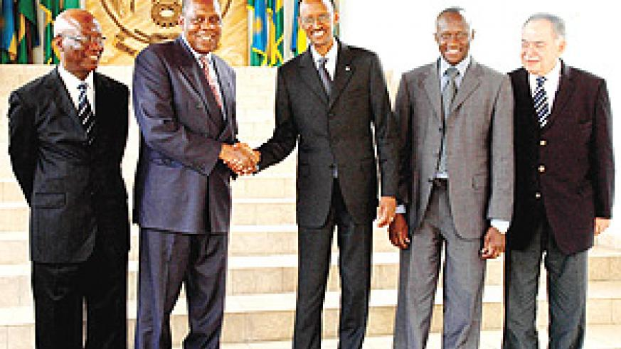 Issa Hayatou the CAF President shakes hands with President Kagame following his courtesy call at Urugwiro Village. (PPU Photo).