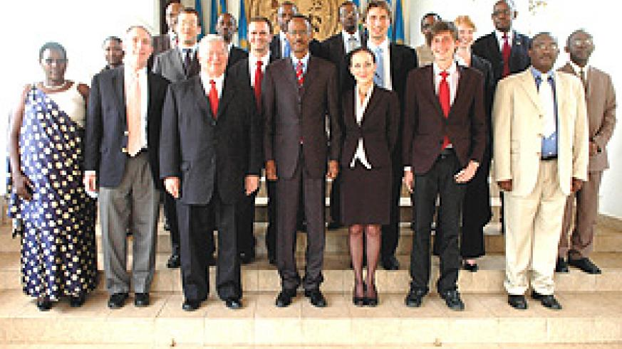 President Kagame in a group photo with the delegation from Florida State University at Urugwiro Village after they presented him with the Honorary Degree. (Photo PPU).