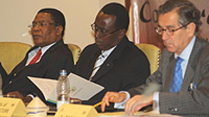 L-R: Secretary General of COMESA Sindiso Ngwenya, Prime Minister Makuza and Nestor Osorio, the Executive Director of the International Coffee Organisation.
