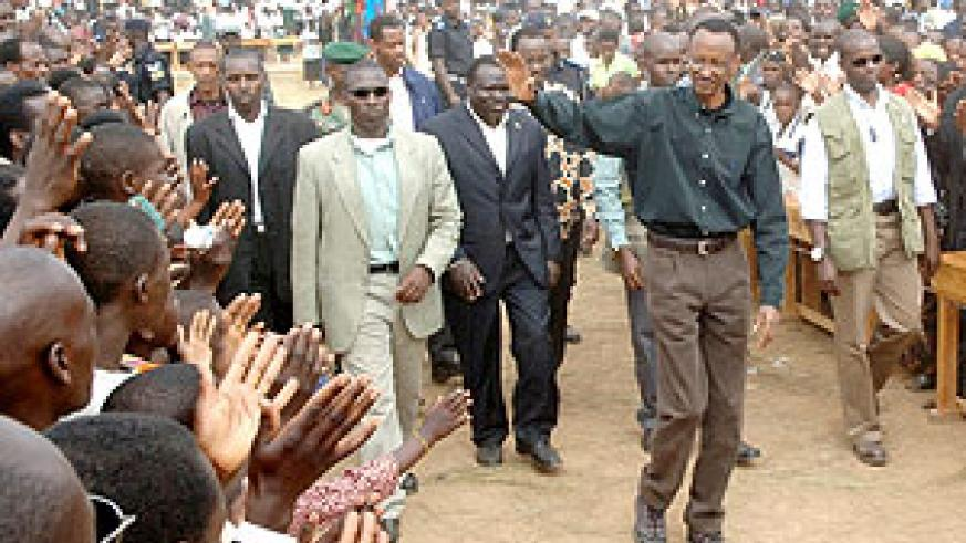 President Kagame waves to the crowds on arrival at Nyagisenyi village in Gasaka, Nyamagabe (Photo/ Urugwiro Village)