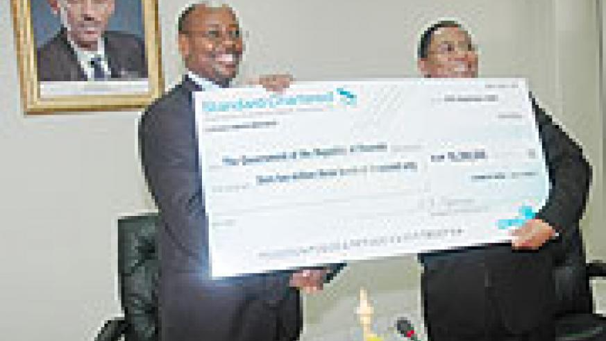 Finance Minister James Musoni receives the cheque from COMESA Secretary General Sindiso Ngwenya. (Photo J. Mbanda)