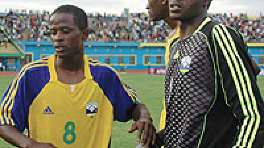 Haruna Niyonzima consoles Amavubi's goal keeper Jean Luc Ndayishimiye  in a past competition. (File Photo)