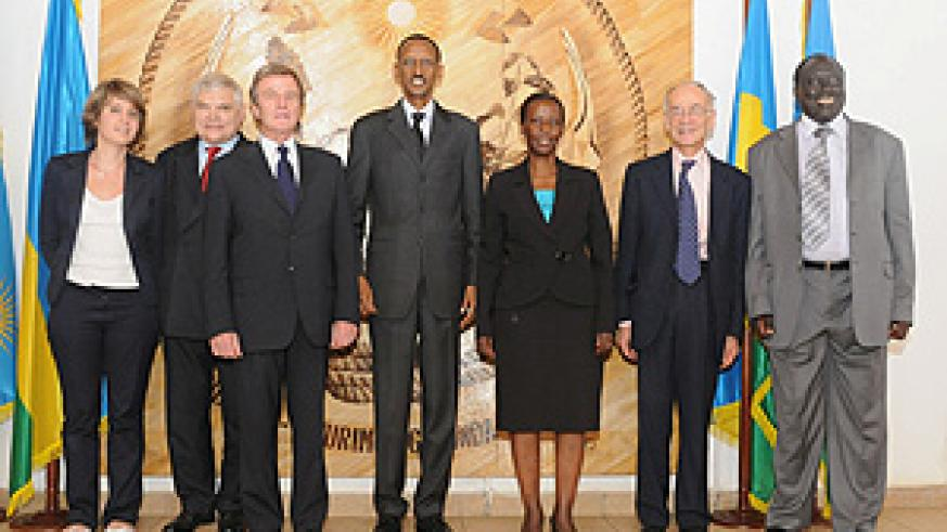 President Kagame and Kouchner pose for a photo with some members of the delegations.(Photo / Village Urugwiro)