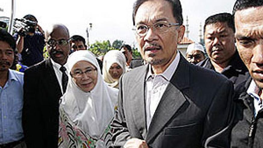 Malaysian opposition leader Anwar Ibrahim arrives at a Kuala Lumpur courthouse with his wife on Sept. 24, 2008.