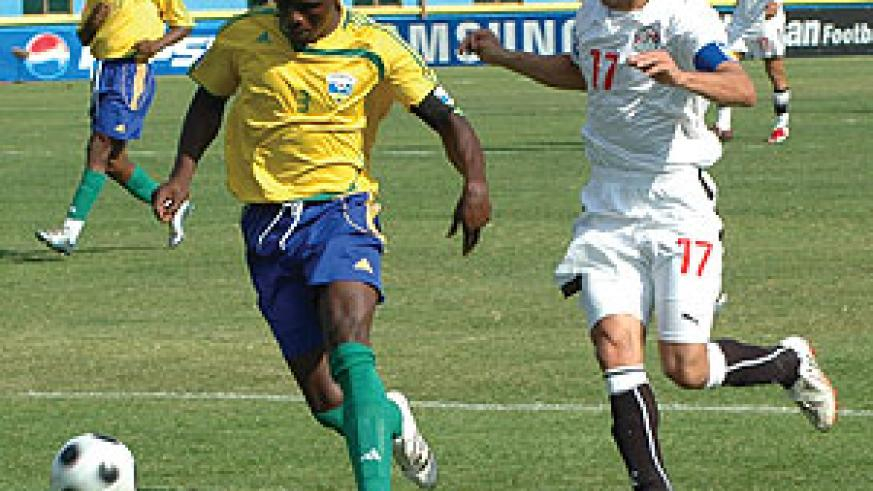 Amavubi's Hamid Ndikumana 'Katauti' in action against Egypt. Nshimiyimana believes Amavubi can qualify if they win all their home games. (File Photo)