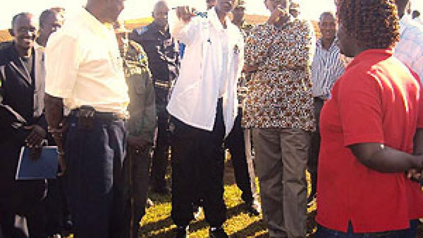 Gen. James Kabarebe showing local government Minister, James Musoni part of the land to be re-demarcated. (Photo: D Ngabonziza)