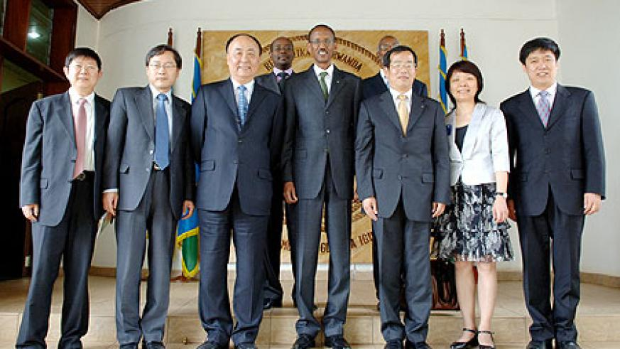 President Kagame with the visiting Chinese delegation. (photo Urugwiro Village)