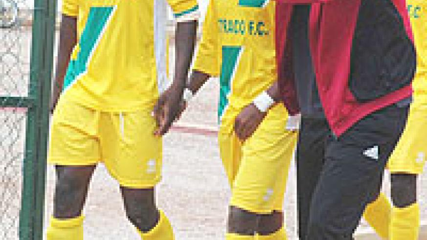 Ruremesha (R) talks to his players shortly before their league encounter with Rayon Sport. The talk did not yield much as Atraco went on to lose 3-0 (File photo)