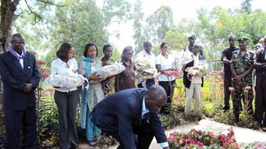 The Nyagatare district Mayor, Fred Sabiti Atuhe laying wreaths on the mass graves where genocide victims were burried in Gatunda sector. (Photo: D. Ngabonziza)