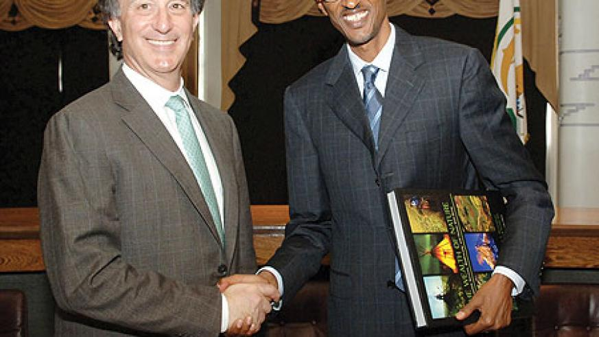 President Kagame with the CEO of Conservation International (CI), Peter Seligmann, yesterday.  (Photo Urugwiro Village)