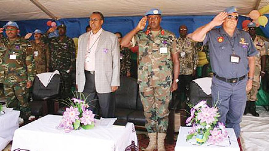 Mohamed B.Yonis (L), Rwandan Contingent Commander, Col Chris Murari (C) and UNAMID Police Commisioner, Michael Fryer (R) during commemoration event. (Courtsey Photo)