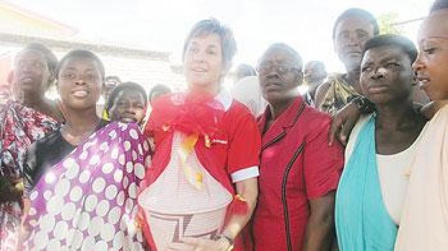 Joanna Kerr Chief Executive of ActionAid (C) holding a gift that she was given by women from Nyanza District. The New Times / D. Umutesi.