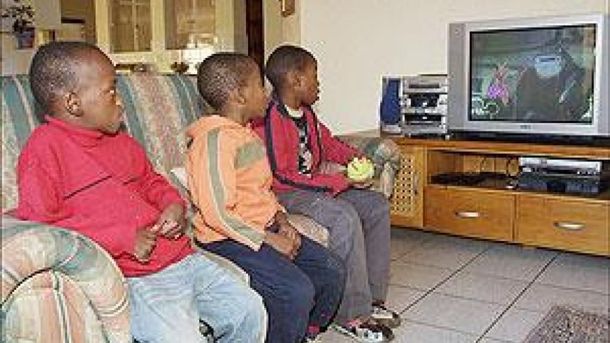 Children need to spend less time watching TV. Net photo.