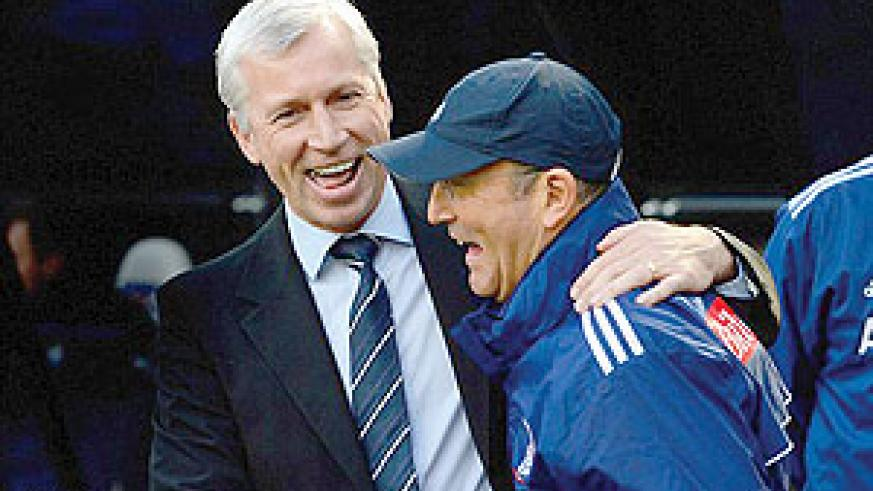 Alan Pardew (left) shares a joke with Tony Pulis but only the former would be smiling after the match. Net photo.