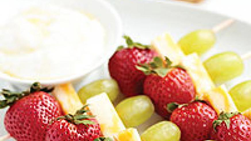 Fruit kebabs with yorgurt as dip will make food a lot more fun for kids. Net photo.