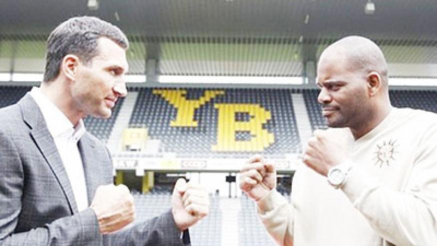 Klitschko (L) did acknowledge that Thompson (R) appeared to be favoring one of his legs in their fight. Net photo.