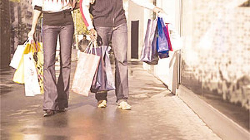 A couple holding shopping bags. Net photo.