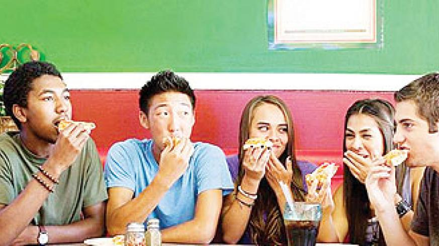 Teens eating at a restaurant. Net photo.
