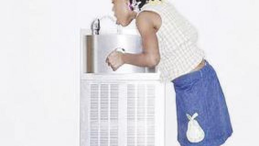 Drinking untreated tap water is unhealthy for kids. Net photo.