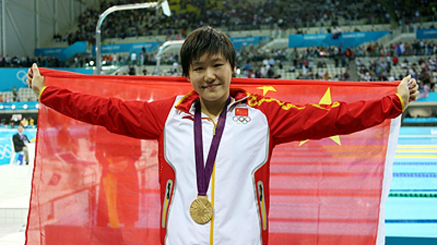 China's Ye Shiwen poses with her gold medal after winning the women's 200m. Net photo.