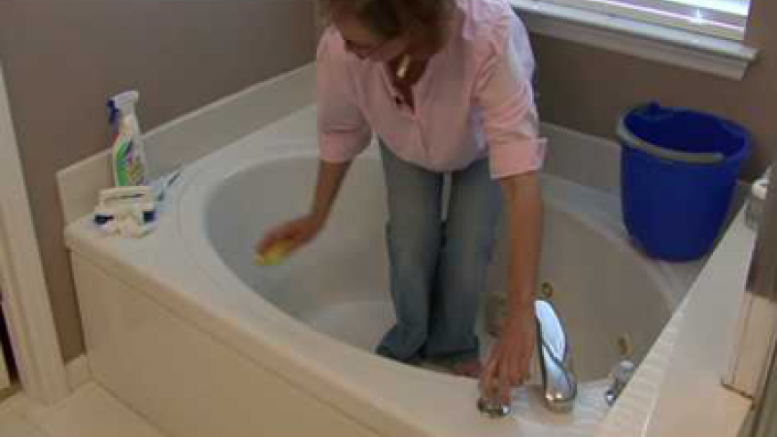 A woman cleaning her bathtub. Net photo.