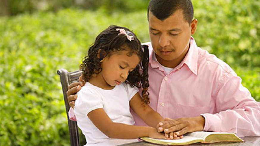 Father and daughter in prayer.  Net photo.