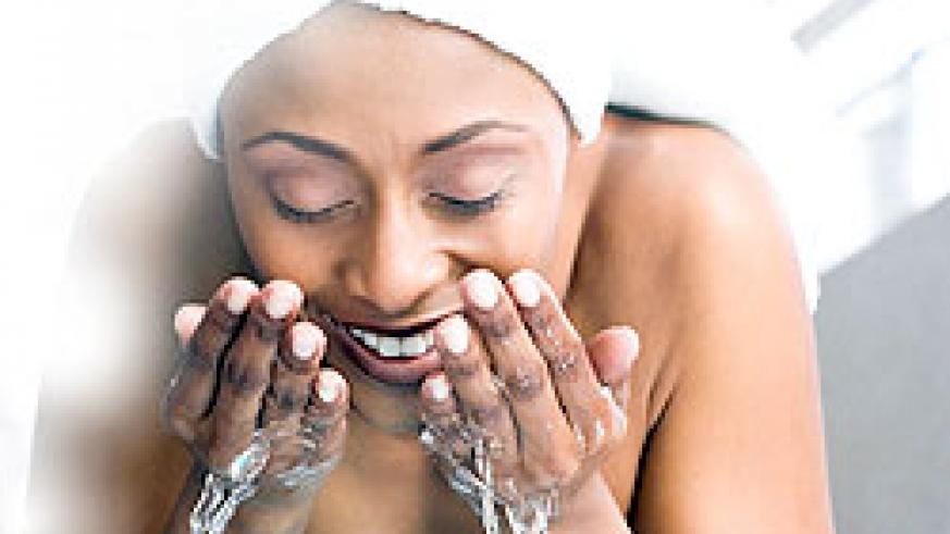 Wash all the makeup off before going to bed for healthier skin. Net photo.
