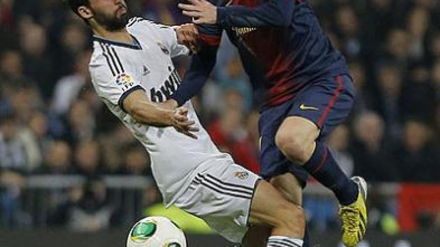 Real Madrid defender Alvaro Arbeloa (left) battles for possesion with Barcelona forward Lionel Messi during the first round clash at Nou Camp which ended 2-2. Net photo.