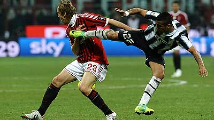 Arturo Vidal (R) of Juventus competes with Massimo Ambrosini of Milan during the Serie A match between AC Milan and Juventus FC at Stadio Giuseppe Meazza on February 25, 2012 in Milan. Net photo.