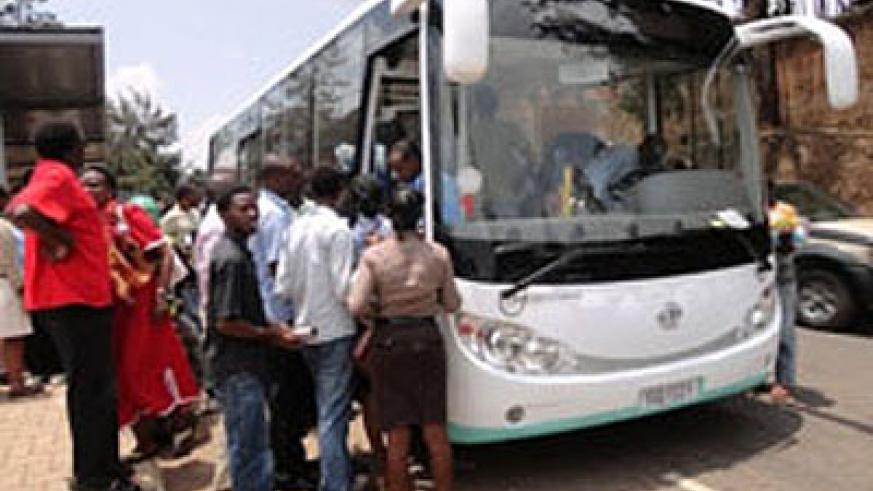 Passengers line up to board a bus.  Net photo.