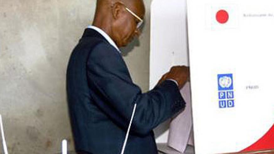 Guinean opposition leader Cellou Dalein Diallo prepares to cast his vote at a polling station in Conakry on September 28, 2013. Net photo.