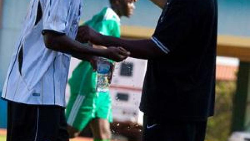 Coach Vincent Mashami talks with skipper Ismail Nshutiyamagara in a previous game. Experience will be key for APR in the remaining rounds of the league. T. Kisambira