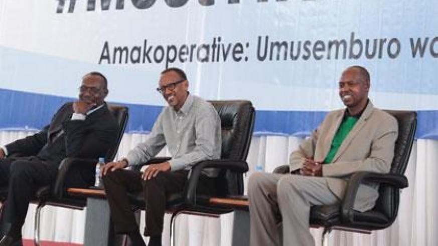 President Kagame (C) warned leaders against mismanaging cooperatives for personal gains. (Village Urugwiro)