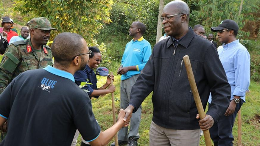 Prime Minister Murekezi shakes hands with UNDP country director Mr. Stephen Rodriques while General Fred Ibingira and Dr Vincent Biruta, the Minister for Natural Resources look on. (Theogene Nsengimana)