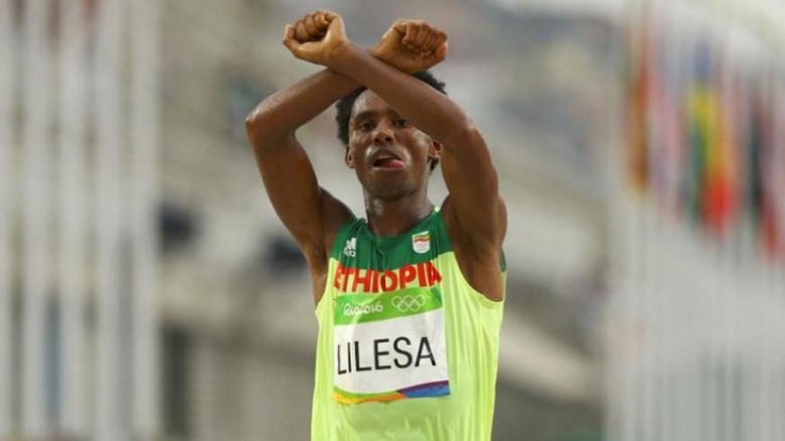 As he took the silver medal, Feyisa Lilesa crossed his arms above - a gesture made by the Oromo people. (Net photo)